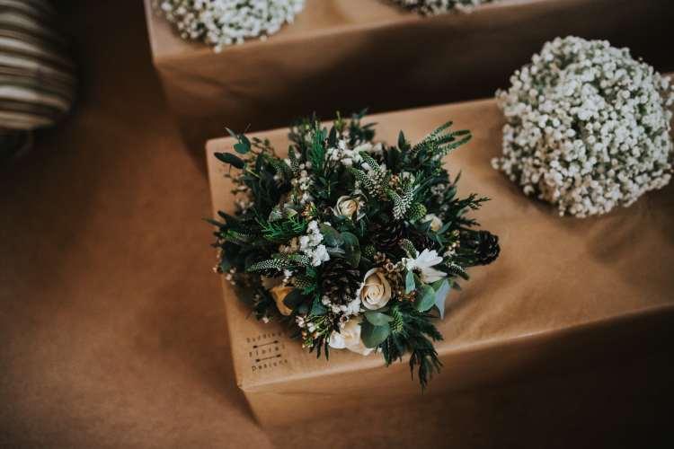 LORA CHRIS WEDDING BUDDING FLORAL DESIGNS FLOWERS RUSTIC WEDDING COUNTRY VINTAGE FLOWERS PETE HUGO PHOTOGRAPHY WEDDING FLOWERS 2-min